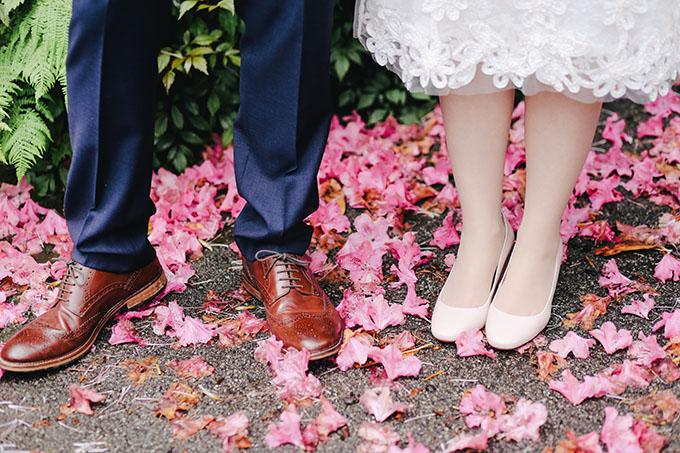 sepatu kets sering dijadikan alternatif untuk pernikahan masa kini